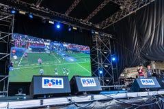 Visionnement public du football pendant Kiel Week 2016, Kiel, Allemagne Photographie stock