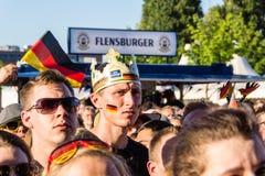 Visionnement public du football pendant Kiel Week 2016, Kiel, Allemagne Photographie stock libre de droits