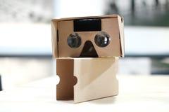 Visionneuse générique de carton sur le Tableau en bois Image stock
