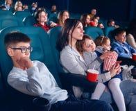 Visionneuses en film de observation de cinéma avec les yeux fermes photographie stock