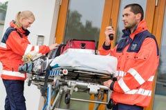 Visit för dörr för hus för ambulans för ett nödlägeradiofelanmälan Royaltyfria Foton