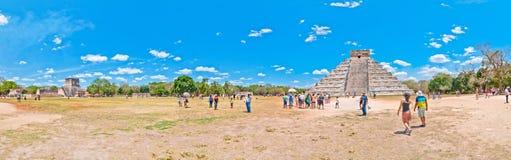 Visita Chichen Itza - Iucatão dos turistas, México Imagem de Stock