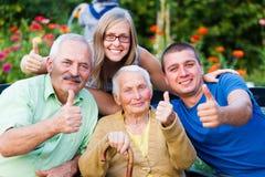 Visita da família no lar de idosos Imagens de Stock