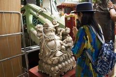 Visita da mulher e respeito tailandeses Katyayana rezando ou Gautama Buddha imagens de stock