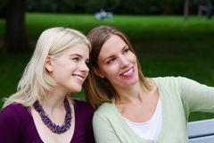 Visita de dois amigos Fotos de Stock Royalty Free