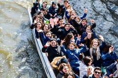 A visita de estudo dos adolescentes no barco em Bruges Foto de Stock Royalty Free
