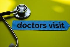 Visita del doctor del primer con la inspiración del concepto del estetoscopio en fondo amarillo imágenes de archivo libres de regalías