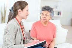 Visita del ` s de la enfermera en casa fotografía de archivo