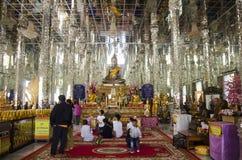 Visita del viajero de la gente tailandesa y del extranjero y stat de rogación de Buda Foto de archivo libre de regalías