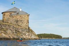 Visita dell'arcipelago di Stoccolma degli skans di Dalarö della donna di kayak fotografia stock libera da diritti