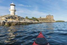 Visita dell'arcipelago di Stoccolma degli skans di Dalarö di kayak fotografia stock libera da diritti