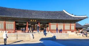 Visita do turista no palácio de Geyongbokgung Imagem de Stock Royalty Free