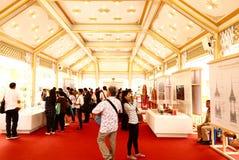 Visita dos povos tailandeses no crematório real da exposição fúnebre fotos de stock royalty free