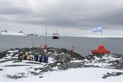 Visita dos turistas do navio de cruzeiros Imagem de Stock