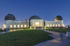 Visita Griffith Observatory de la gente por noche Fotos de archivo libres de regalías