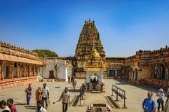 Visita india no identificada de los turistas a la señal famosa foto de archivo