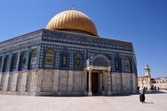 Visita musulmán de la mujer la bóveda de oro Foto de archivo libre de regalías