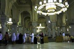 Visita musulmán del hombre a La Meca santa de la mezquita Imágenes de archivo libres de regalías