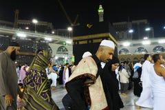 Visita musulmán del hombre a La Meca santa de la mezquita Fotos de archivo