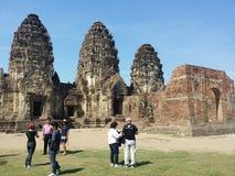 Visita Phra Prang Sam Yod Lop Buri Thailand dos turistas Fotografia de Stock
