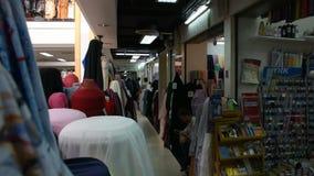 Visita que camina de la gente y material de la tela que hace compras con los accesorios de la tienda almacen de metraje de vídeo