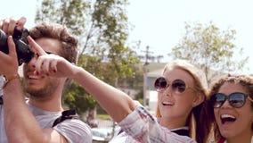 Visita sorridente degli amici dei pantaloni a vita bassa archivi video