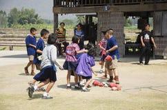 Visita tailandese dello studente e giro educativo al museo etnico di Tai Dam Immagine Stock