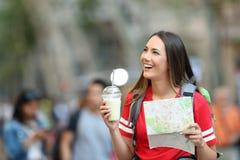 Visita turística de excursión turística adolescente en la calle Imagenes de archivo