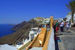 Visita turística de excursión en el verano pintoresco Santorini Foto de archivo