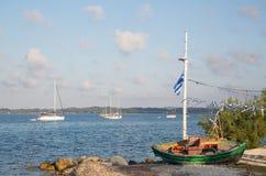 Visita turística de excursión en Grecia: los barcos de pesca tradicionales en el Griego son Imagenes de archivo