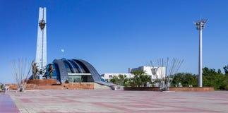 Visita turística de excursión en Kazajistán Opinión lateral del panorama sobre parque de centro histórico y cultural de primer pr fotografía de archivo libre de regalías