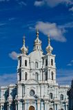 Visita turística de excursión en la catedral de St Petersburg Smolny Imagen de archivo libre de regalías