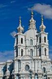 Visita turística de excursión en la catedral de St Petersburg Smolny Fotos de archivo libres de regalías