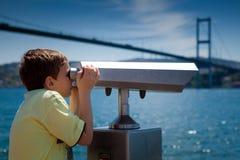 Visita turística de excursión a través de los prismáticos del punto de vista Foto de archivo libre de regalías