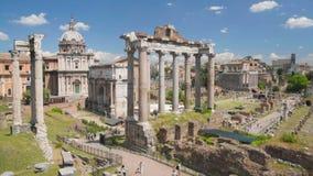 Visita turística en el museo de Roman Forum en Roma, ruinas antiguas y edificios almacen de metraje de vídeo