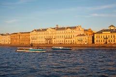 Visita turística de excursión del río de Neva en la ciudad de St Petersburg Fotos de archivo libres de regalías