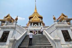 Visita Wat Traimit de la gente en Bangkok Chinatown Imagen de archivo libre de regalías