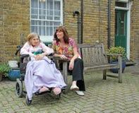 Visitando as pessoas idosas Fotografia de Stock Royalty Free