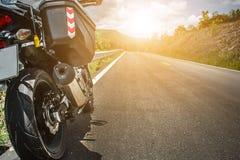 Visitando motocicletta dal lato della via immagine stock libera da diritti