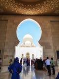 Visitando Sheikh Zayed Grand Mosque Fotografia de Stock Royalty Free