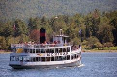 Visitant le pays sur le lac George, l'état de New-York Photo libre de droits