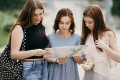 Visitant le pays, voyage, vacances, visite de ville Touristes heureuses t de femmes Images stock