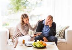 Visitante da saúde e um homem superior com a tabuleta durante a visita home foto de stock royalty free