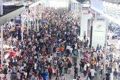 Visitante de la muchedumbre en el pasillo de la demostración auto Imagen de archivo libre de regalías