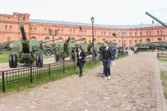 Visitante del museo de la historia militar Imágenes de archivo libres de regalías