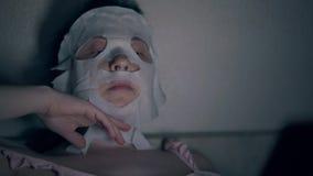 Visitante do salão de beleza no fim branco da máscara da folha da regeneração video estoque