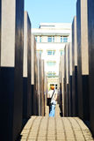 Visitante en el monumento del holocausto en Berlín Fotografía de archivo libre de regalías