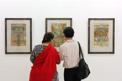 Visitante en la exposición de arte Imagen de archivo