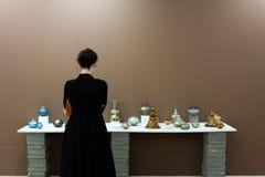 Visitante en la exposición de arte Imagen de archivo libre de regalías