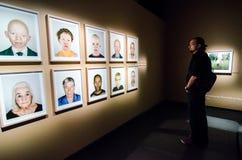 Visitante na exposição da fotografia de Fotografiska- Foto de Stock